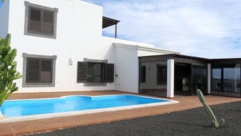 3 bedroom villa with private pool and sea views in Playa Blanca
