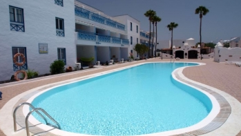 Top floor 1 Bedroom Apartment close to the beach.