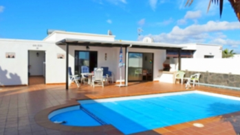 Lovely 3 bedroom 2 bathroom villa with separate 1 bed apt and private pool for sale in Playa Blanca