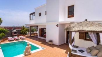 Detached 3 Bedroom 2 Bathroom villa with private pool and sea views for sale in Playa Blanca
