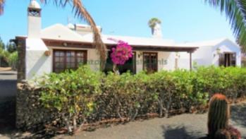 Detached 4 Bedroom, 2 Bath Villa in the sought after Los Calamares.