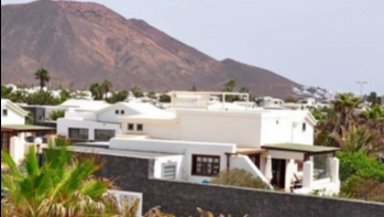 Detached villa set in a large corner plot with roof terrace and sea views in Playa Blanca