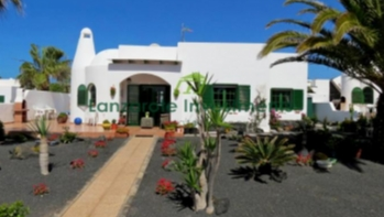 Detached villa on large plot with communal pool in Playa Blanca