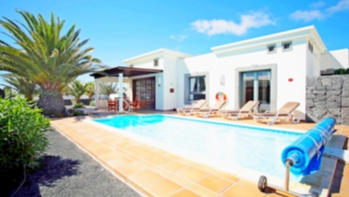 2 Bedroom villa with private pool and mature garden for sale in Playa Blanca