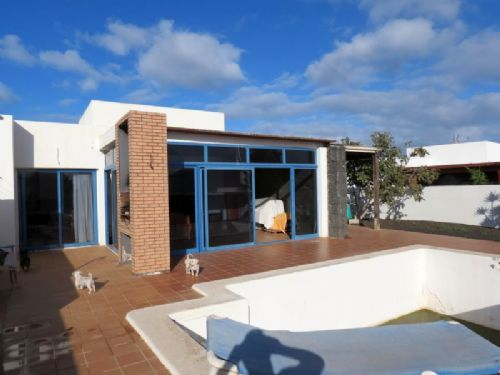 3 bedroom villa with pool in Playa Blanca for sale