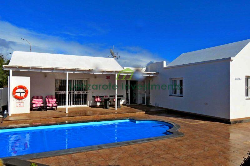 Detached 3 bedroom villa with heated  pool in Los Mojones