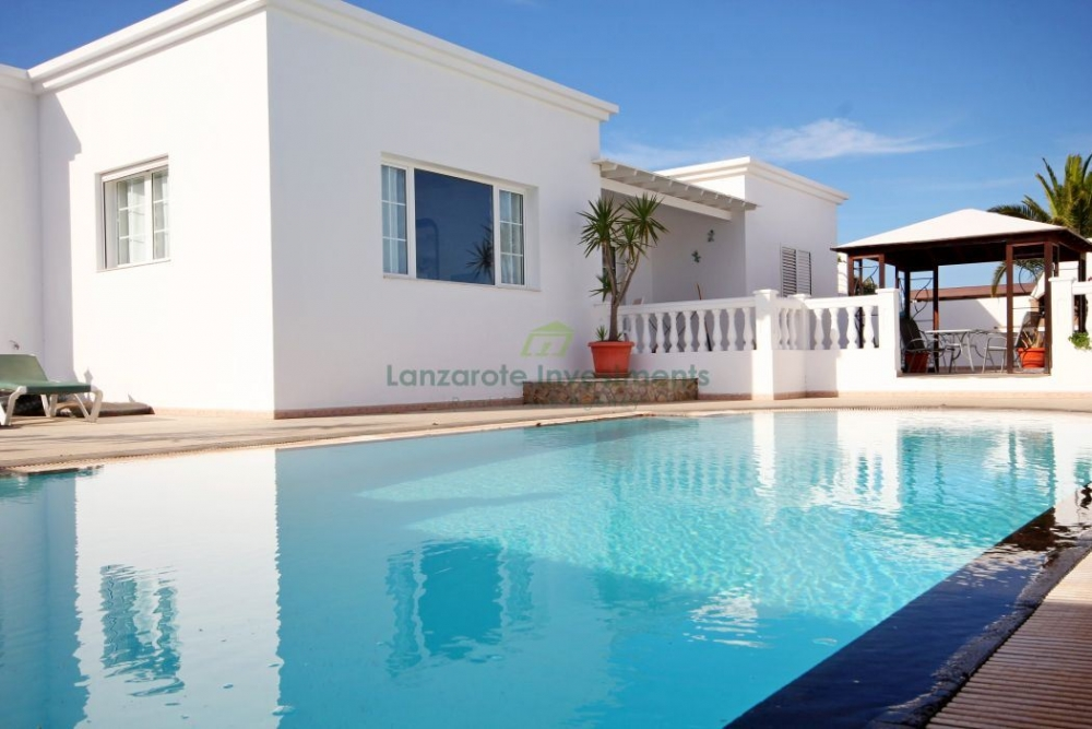Spacious and beautiful 4 bedroom villa for sale in Puerto Calero