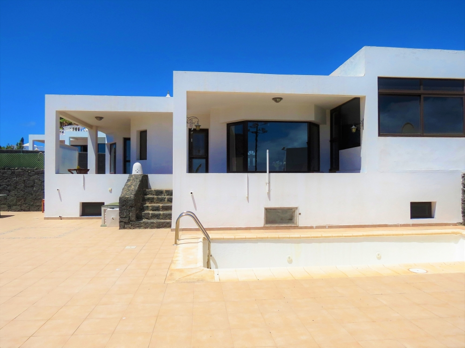 3 Bedroom villa with private pool and sea views for sale in Playa Blanca