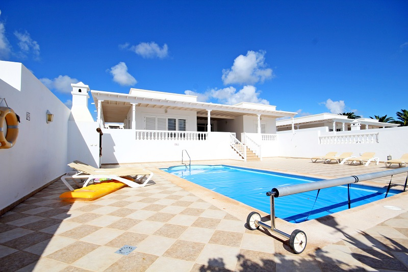 Stylish 3 bedroom 3 bathroom en-suite , mas un aseo, detached  villa for sale in Puerto Calero with private pool
