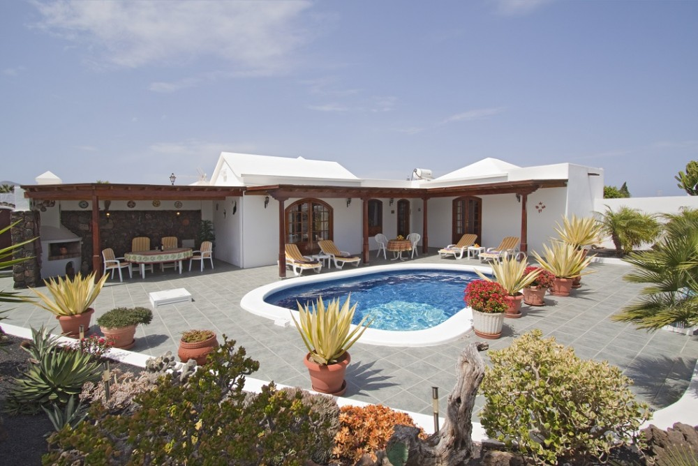 Detached 3 Bed , 2 Bath villa with private pool for sale located in the sought after area of Los Mojones