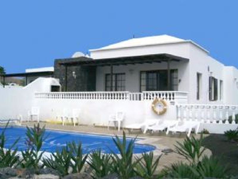 A Semi- detached 4 bedroom, 2 bathroom villa in the exclusive area of Los Calamares, Playa Blanca.