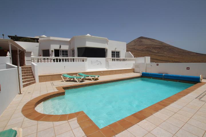 Detached villa with beautiful sea views in Tias