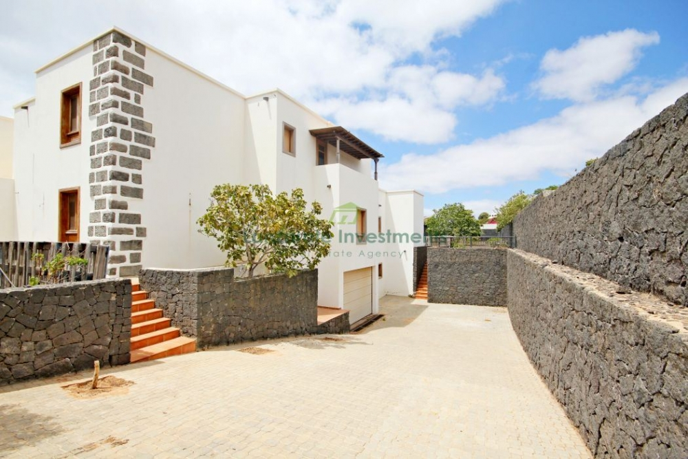 Bank Repossession; An 8 bedroom, 5 bathroom Villa on 4000sqms