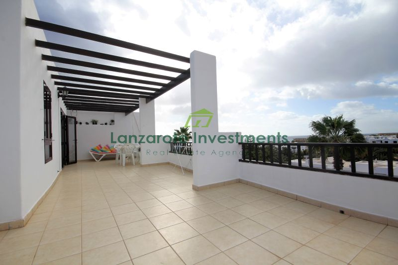 Top floor 2 bedroom apartment with huge terrace.