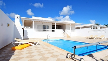 Stylish 3 bedroom 3 bathroom en-suite , mas un aseo, detached  villa for sale in Puerto Calero with private pool