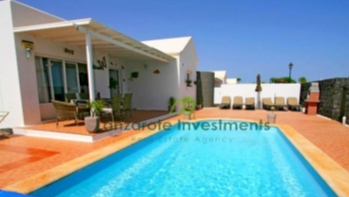 Immaculate 4 Bedroom villa with private heated pool and tourist licence