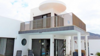 3 Bedroom detached villa with large private pool for sale in Playa Blanca