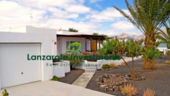Spacious 3 bedroom detached villa near the town center in Playa Blanca