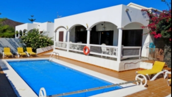 Bright and spacious 3 bedroom villa with private pool in Playa Blanca