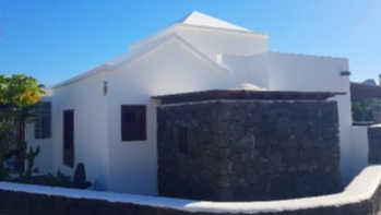 Immaculate 3 bedroom bungalow with private garden in Playa Blanca