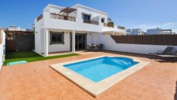Fantastic recently refurbished semi detached 3 bedroom villa in Playa Blanca