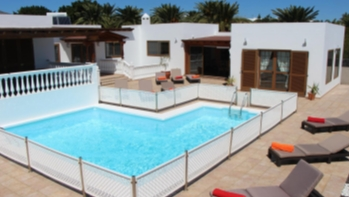 Impressive 5 bedroom detached villa with private pool in Puerto Calero