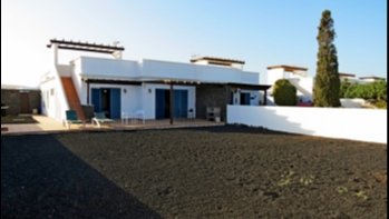 3 bedroom 2 bathroom villa with large plot in Playa Blanca