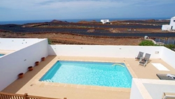 Fantastic rural 3 bedroom villa offering private pool with sea and mountain views in Tinajo