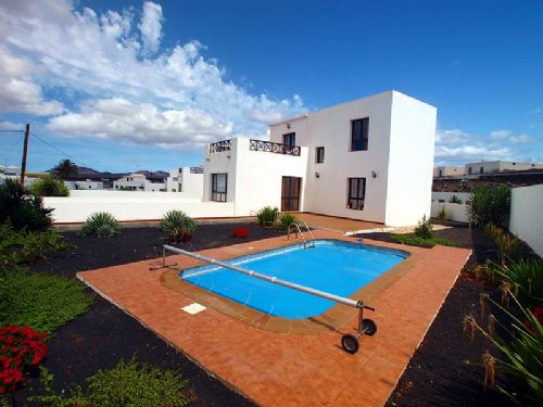 3 bedroom villas with mountain views in Yaiza