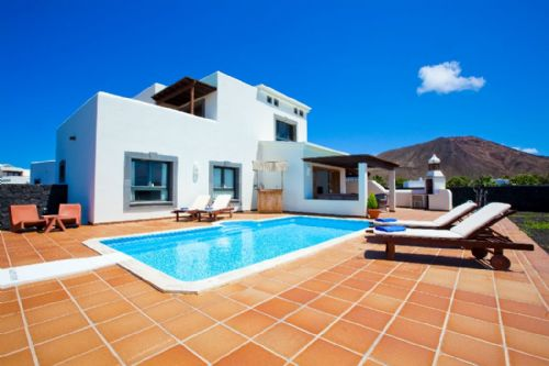 3 bedroom villa with private pool in Playa Blanca