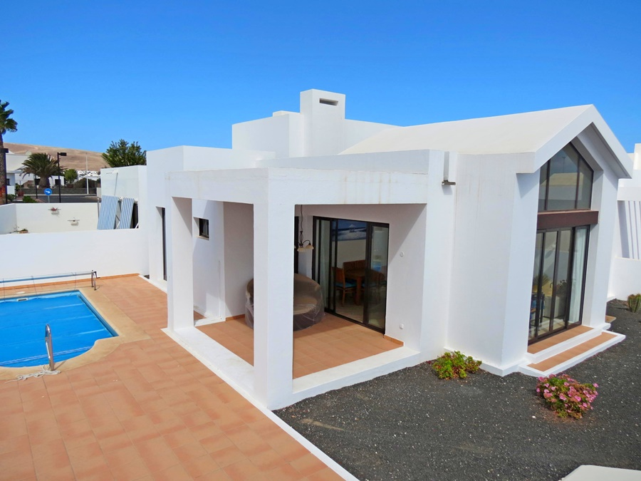 2 bedroom semi-detached villa with private pool in Playa Blanca