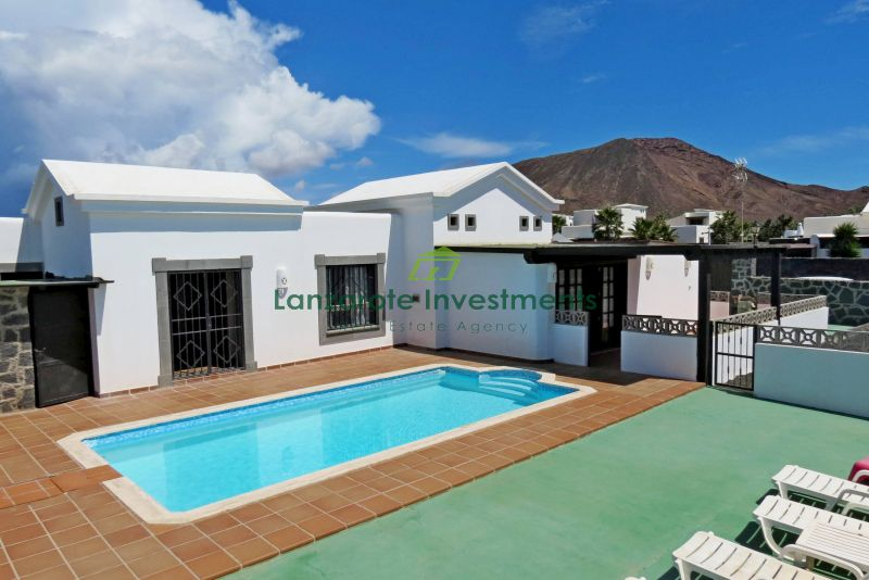 2 bed detached villa with private pool for sale in Playa Blanca