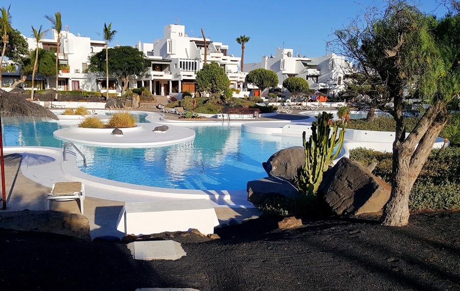 Los Molinos studio apartment with stunning pool views in Costa Teguise