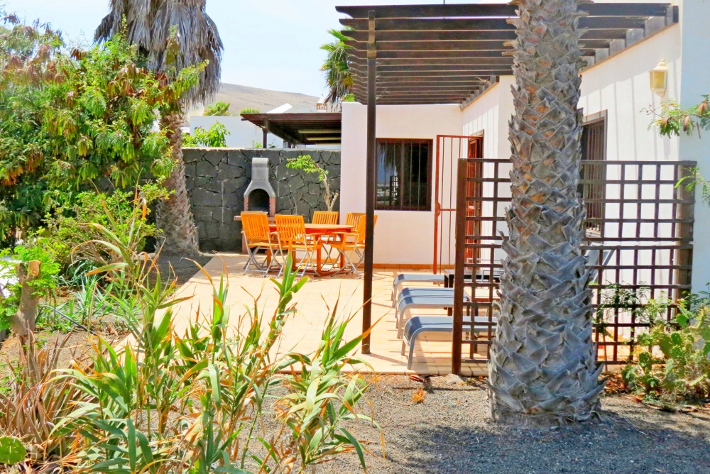 Lovely 3 bedroom semi detached villa with communal pool in Playa Blanca