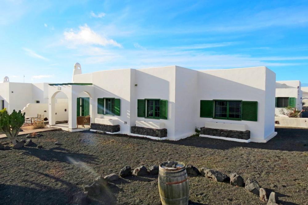 Immaculate 3 bedroom detached villa for sale in Playa Blanca