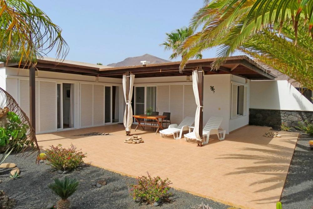 2 Bedroom detached villa with sea views for sale in Playa Blanca