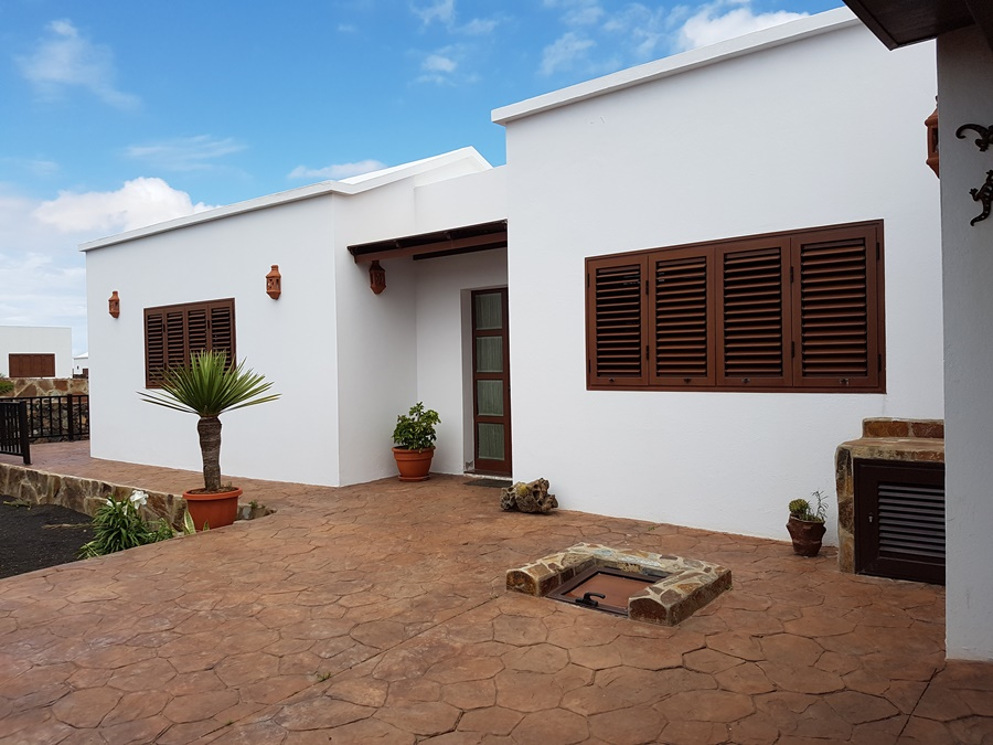 Detached 3 bedroom villa with private heated pool in Tinajo