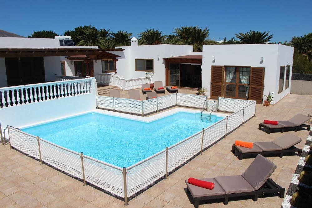 Impressive 5 bedroom detached villa with private pool in Puerto Calero