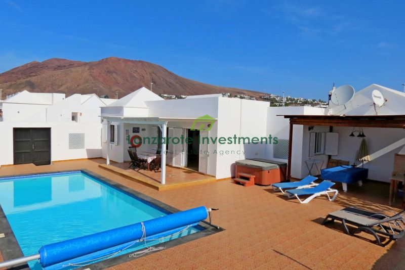 Luxury 4 bed detached villa with access to the sea front in Playa Blanca