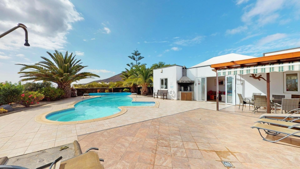 Exclusive - 4 Bed villa with large pool and sea views for sale in Playa Blanca