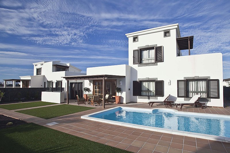 Lovely 2 bedroom villas close to the sea for sale in Playa Blanca
