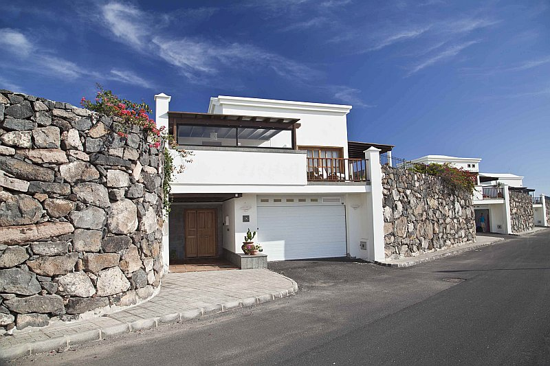 3 Bedroom villas with private pool and garage for sale in Playa Blanca