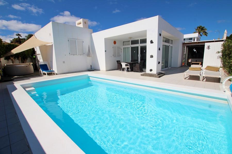 Stunning 2 bedroom 2 bathroom villa in a quiet yet central location in Tias