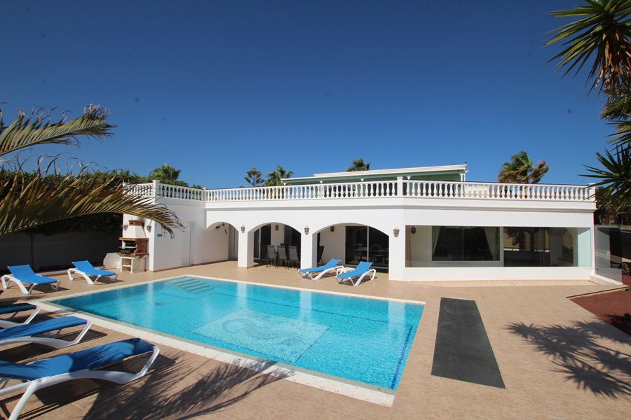 Luxury Villa with Private Pool and separate apartment for sale in Puerto Calero
