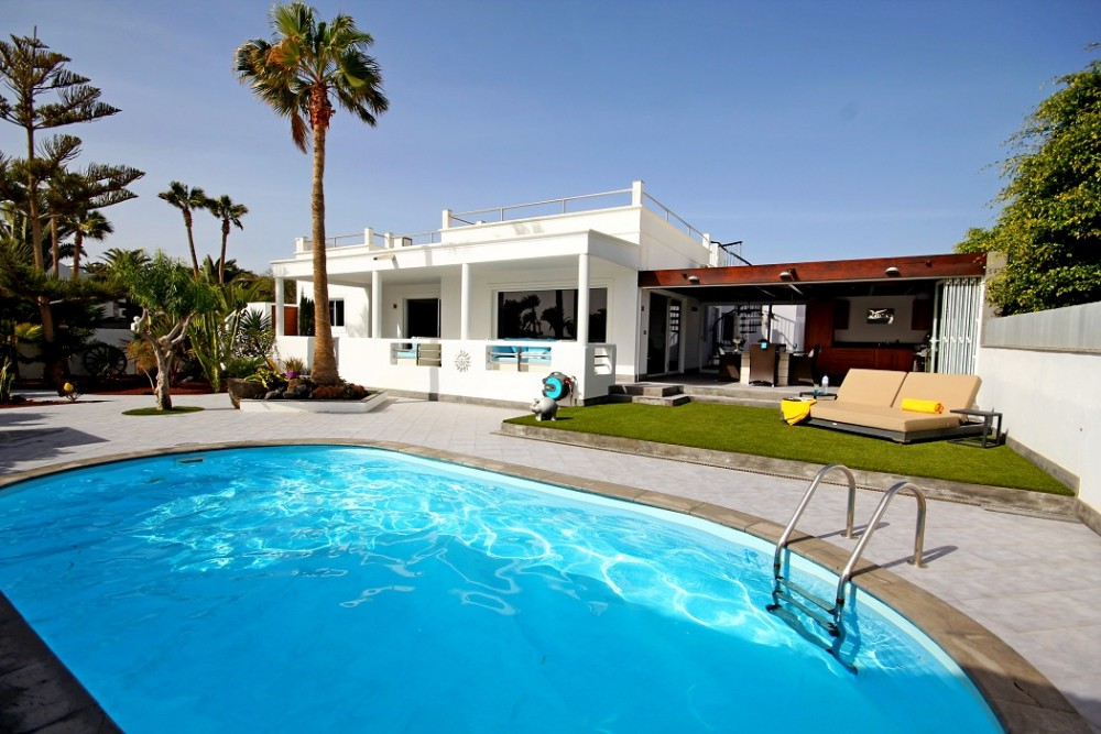 Sophisticated and stylish 3 bed 4 bath property, situated in the prestigious resort of Puerto Calero for sale, with private pool.