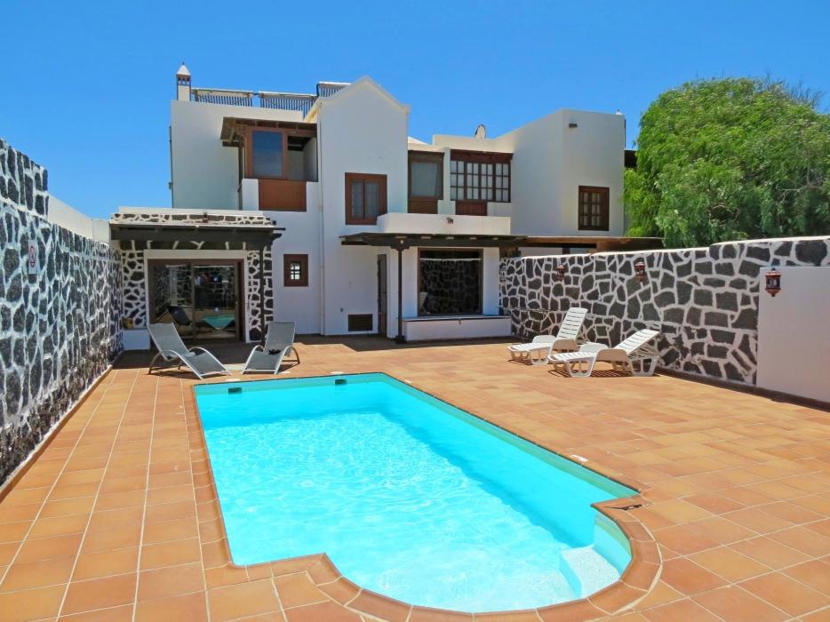 Charming 3 bedroom villa with sea & mountain views in Playa Blanca