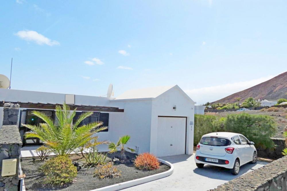 Extremely impressive 3-bedroom villa with sea views in Playa Blanca