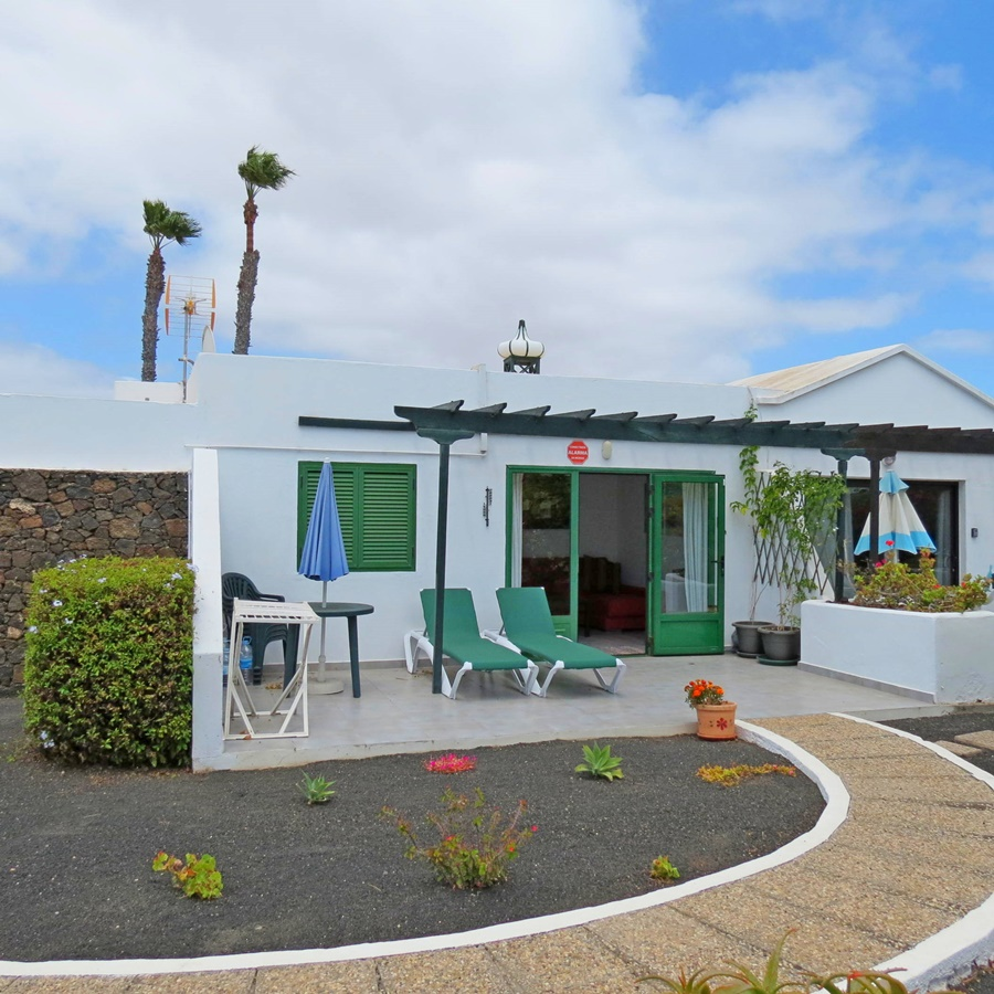 Centrally located 2 bedroom bungalow with communal pool in Playa Blanca