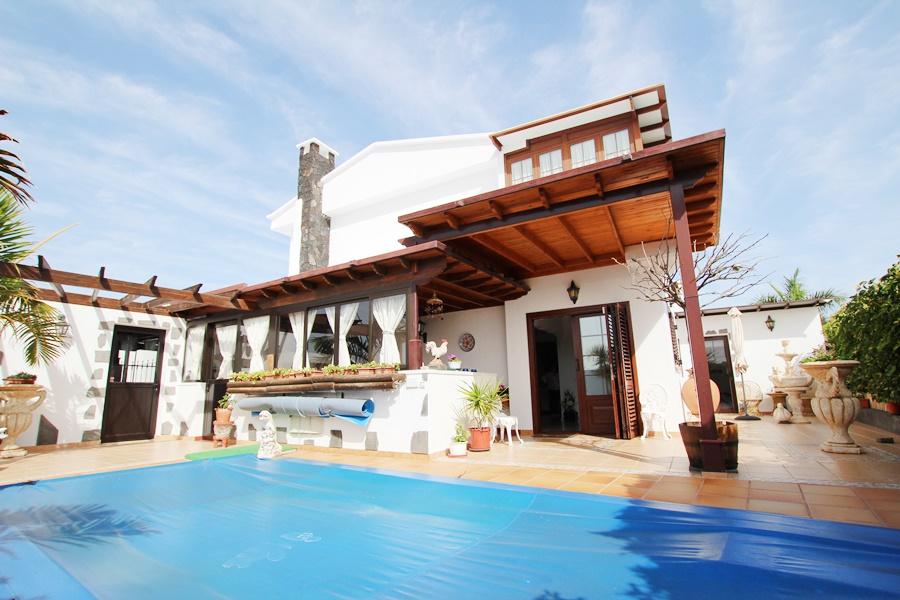 Stunning 3 bedroom detached villa with private salt water pool in Puerto del Carmen