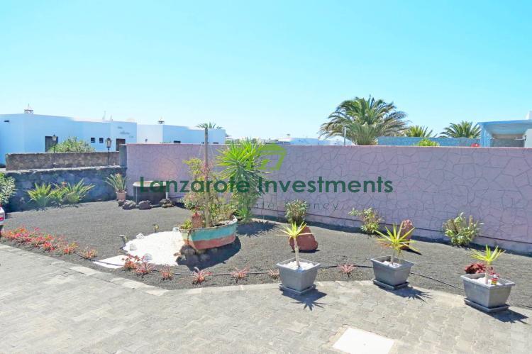 Exclusive – Pristine 3 bedroom villa with sea views and large pool in Playa Blanca.